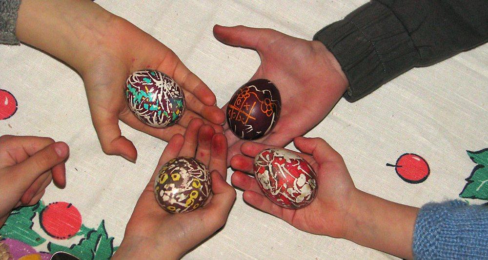 Учимся красить яйца на Пасху Воск подогревается над пламенем свечи, рисунок наносится спичкой. Нужно смочить спичку в горячем воске и сразу без промедления нанести на яйцо. ...Подробнее