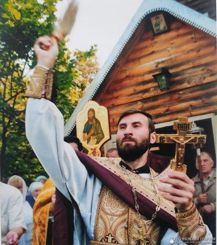 Отец Александр возле храма-часовни в честь Тихвинской иконы Божией Матери